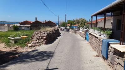 <p><strong>Resim 3(b).</strong> Ildırı, Köy Meydanı'ndan denize  dik üç sokaktan görünüm</p>