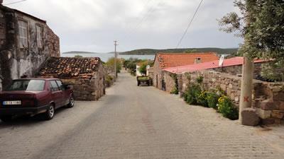 <p><strong>Resim 3(c).</strong> Ildırı, Köy Meydanı'ndan denize  dik üç sokaktan görünüm</p>