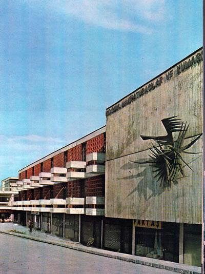 <p><strong>3. </strong>Rölyef,  Kuzgun Acar, İMÇ.<br />  Kaynak: Özcan, N.;  Boyacıoğlu, O; Bursa, S.; Yılmaz, Z.; Tekeli, D., 1969, <strong>İstanbul Manifaturacılar ve Kumaşçılar Çarşısı</strong>, Güzel Sanatlar  Matbaası, İstanbul.</p>