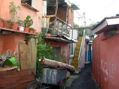 <p><strong>3.</strong> Ege Mahallesi, mevcut  konut dokusundan örnekler, 2014. <br />  Fotoğraf: Kıvanç Kılınç</p>