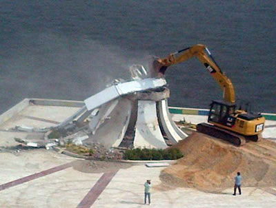 <p><strong>3.</strong> Anıtın yıkımı sırasında çekilen  fotoğraf (Facebook durum güncellemesi)</a><br />Kaynak: www.facebook.com/photo.php?fbid=1091419014324308&set=pcb.1091419424324267&type=3&theater