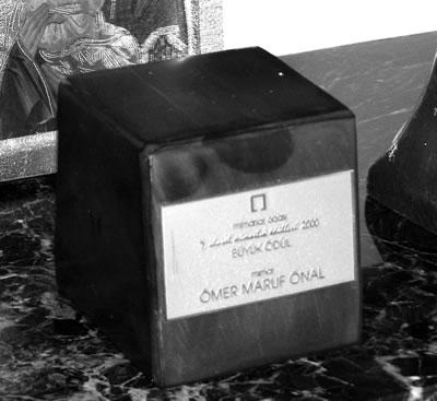 <p>Mimarlar Odası 2000 yılı Sinan Ödülü sahibi  Maruf Önal için ödül heykelciği<br />Kaynak: Sami Yılmaztürk Arşivi</p>