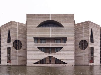 <p><strong>3.</strong> Bangladeş  Parlamentosu, Dakka, Bangladeş, 1962-1974. Mimar: Louis Kahn</p>