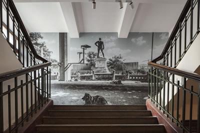 <p><strong>3.</strong> Ali Taptık, Dostlar ve Yabancılar,  2017, Galata Rum Okulu. 4 adet arşivsel pigment folyo duvar kaplama 6 x 4 m, 3  adet arşivsel pigment baskı 120 x 120 cm, Web sitesi: www.dostlarveyabancilar.net.  SAHA – Çağdaş Sanatı Destekleme Girişiminin desteğiyle üretilmiştir.<br />  Fotoğraf: Sahir Uğur Eren</p>