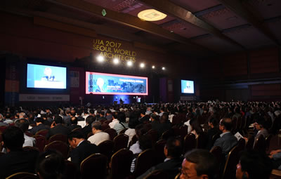 <p><strong>3.</strong> 26. Dünya Mimarlık Kongresi 3-7 Eylül  tarihlerinde COEX Kongre Merkezinde gerçekleştirildi<br />http://webzine.miceseoul.com/wp-content/uploads/2017/09/DSC_5529.jpg [Erişim: 10.10.2017]