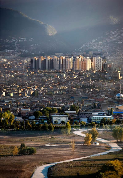 """<p><strong>3. </strong>TOKİ Konutları, Doğanbey,  Bursa. (""""TOKİ nin Bursa Kenti ne Tokadi"""" konulu yarışma, 3. Ödül)<br /> Fotoğraf: Erdal  Yavuzak</p>"""