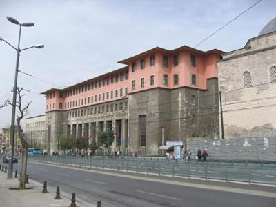 <p><strong>3.</strong> İÜ  Fen Edebiyat Fakültesi, Sedat Hakkı Eldem ve Emin Onat.</p>