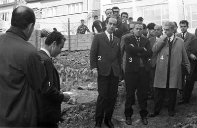 <p><strong>Resim </strong><strong>3. </strong>Konur Sokakta yer alan Mimarlar Odası Genel Merkezi  hizmet binasının temel atma töreni, 17 Kasım 1967, Ankara. <strong>1.</strong> Maruf Önal, <strong>2.</strong> Şevki  Vanlı, <strong>3.</strong> Ahmet Menderes, <strong>4.</strong> İsmet Barutçu, <strong>5.</strong> Yılmaz İnkaya.<br />   Kaynak: Ünalın, Çetin  (ed.), Mart 2013, <strong>Tanıklarından Mimarlar  Odası, 1954-1990</strong>, Mimarlar Odası Yayınları, Ankara, s.81.</p>