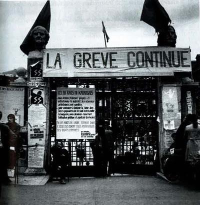 <p><strong>3. </strong>6 Mayıs 1968 de başlayan olaylar sırasında, Güzel  Sanatlar Okulunun işgali, kapatılan giriş kapısı.<br />   Kaynak:  Archives Nationales, Jean-Louis Violeau, 2005</p>