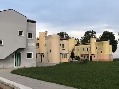 <p><strong>3.</strong> Giancarlo  de Carlo, Venedik Burano Adasında toplu yerleşim projesi<br />   Fotoğraf, Jale N. Erzen</p>