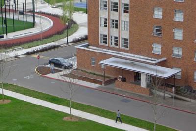 <p><strong>3.</strong> Genel dolaşım güzergahına  eklemlenen kapsayıcı bina giriş rampası ve park alanı, OSU, Corvallis.<br />   Kaynak: http://oregonstate.edu/accessibility/recent  [Erişim: 21.02.2015] </p>