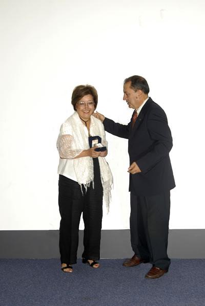 <p><strong>3.</strong> 2007 yılında ilk kez düzenlenen  Mimarlık ve Kent Filmleri Festivalinde Katkı Ödülü Afife Batura sunulurken</p>