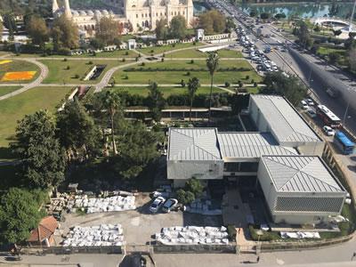 <p><strong>3. </strong>Yapılan çevre  düzenlemesi sonrası Merkez Parkın bir köşesinde olan müze yapısı <br />   Kaynak: Mimarlar Odası  Adana Şubesi</p>