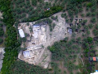 <p><strong>3. </strong>M.Ö.  7. yüzyıla ait Myrleia Antik Kentinin hava fotoğrafı<strong></strong></p>