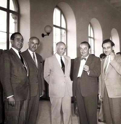 """<p><strong>3.</strong> 1954 yılından bir fotoğraf, İTÜ  Taşkışlanın meşhur hocaları, (soldan sağa) Orhan Safa, Kemal Ahmet Aru, Sabri  Oran, Emin Onat ve Nezih Eldem.<br />   Kaynak:  """"Türk Modernizmi"""" isimli twitter.com/mimarliktarihi_ adresinden ulaşılabilen  Twitter hesabı</p>"""