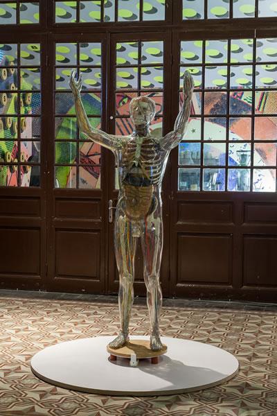 """<p><strong>3.</strong> """"Cam Adam"""" 3. İstanbul Tasarım Bienali kapsamında Galata Özel Rum İlköğretim  Okulunda sergilendi.<br /> Kaynak: bizinsanmiyiz.iksv.org/sergi/cam-adam/</p>"""
