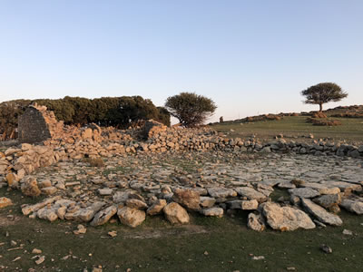 <p><strong>3. </strong>Önünde harman alanı  ile tek katlı yıkılmış bir dam yapısı <br />   Kaynak: Ayşe Ceren Güler</p>