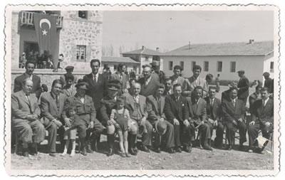 <p><strong>3.</strong> Okulun kuruluş yıldönümünden bir  fotoğraf, 17 Nisan 1950.<strong></strong><br />   Kaynak:  Akçadağ Anadolu Öğretmen Lisesi Arşivi<strong></strong></p>
