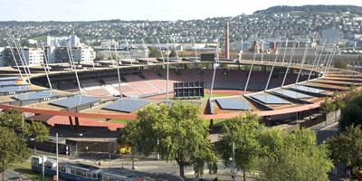<p><strong>Resim 3. </strong>2008 Avrupa Futbol Şampiyonasında  kullanılan Zürih  Letzigrund Stadyumu  ve 2500 m2 lik fotovoltaik panel  kullanımı (1925 tarihinde hizmete giren stadyum, 2008 Avrupa Şampiyonası kapsamında  konfor standartlarını sağlayabilmek adına yıkılıp yerinde tekrar inşa edilmiş  ve 2007 yılında açılışı yapılmıştır.)<br />Kaynak: https://www.stadt-zuerich.ch