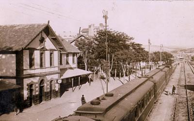 <p><strong>3. </strong>Ankaranın ilk garı<strong></strong><br />   Kaynak:  http://www.eskiturkiye.net/3393/ankara-tren-gari-1913</p>