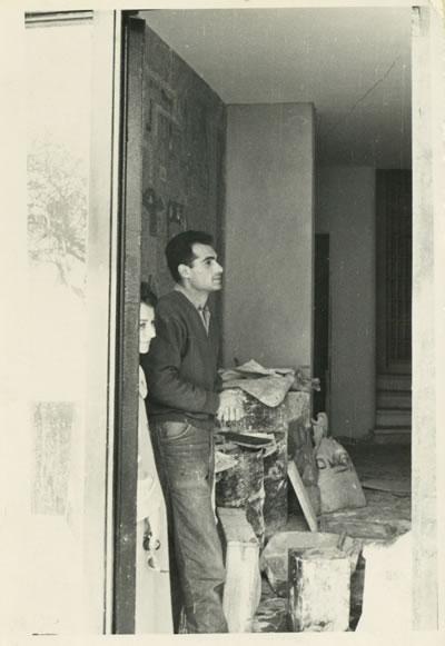 """<p><strong>3. </strong>""""Altan Gürman ve Bilge Gürman, Emin Halid Onatın  tasarladığı Marmara Apartmanının giriş holünde, Ercüment Kalmıkın yapmakta  olduğu duvar mozaiğinin önünde"""". Derya  Uzalın """"Tasarımda  Disiplinler-Arası Hareketlenmeler ve Modern Pratik"""" başlıklı sunumundan.<br />Kaynak: https://archives.saltresearch.org/handle/123456789/202163"""
