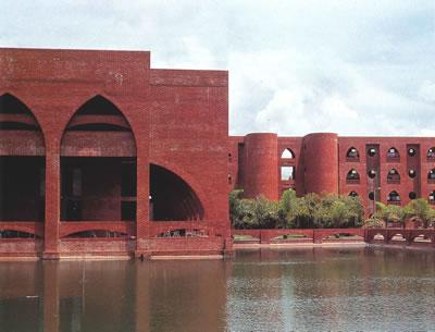 <p><strong>3.</strong> İslam Konferansı Teknik ve Mesleki Eğitim ve Araştırma  Merkezi (1980-87), Dakka, Bangladeş, Mimarları: Doruk Pamir ve Ercüment Gümrük  / Stüdyo 14<br /> Kaynak: dome.mit.edu/handle/1721.3/63076 [Erişim:  01.05.2021]</p>