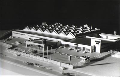 <p><strong>3.</strong> 1970 ler, sanayi yapıları  Nejat Ersinin projeleri arasında da görülmeye başlar - Renault Mais Servis  Bakım ve Depolama yapısı<br /> Kaynak: <em>Mimar Nejat Ersin</em> kitabı s. 156,  NEFAYRSM04</p>