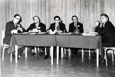 9. Dönem 23.02.1963-10.02.1964 Mimarlar Odası Merkez Yönetim Kurulu (sağdan sola) Arman Güran, Nejat Ersin, Aktan Okan, Nevzat Erol, Muhteşem Giray. (Kaynak: Mimarlar Odası Arşivi)