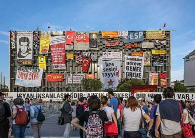<p><strong>3.</strong> Gezi protestoları sırasında Taksim AKM binası<br /> Fotoğraf: Murat Germen</p>