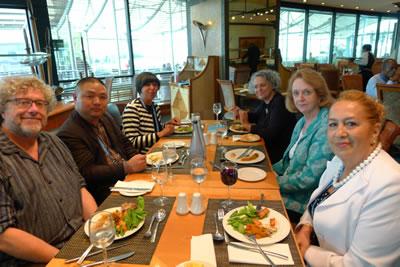 <p>Oturum ve basın açıklamasından sonra  keyifli bir CICA yemeği, Durban-2014 (Soldan sağa üyeler Trevor Boddy (Kanada),  Li Xiangning (Çin), Yasmin Sheriff (İngiltere), Yasmin'in bir dostu, oturum  başkanımız Louise Noelle Gras (Meksika) ve Şengül Öymen Gür (Türkiye)</p>