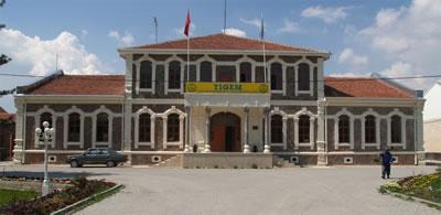 <p><strong>3.</strong> Hara için 1886'da Mahmudiye köyünde inşa edildiği  düşünülen ve şu anda TİGEM tarafından kullanılmakta olan iki katlı yapının  bugünkü durumu<br />Fotoğraf:  Osman Köksal Arşivi </p>