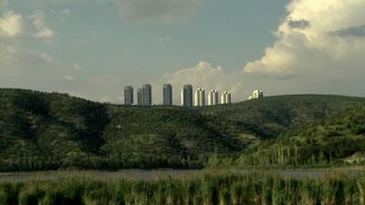 <p><strong>3.</strong> Eymir Gölü ve inşaatı devam eden  kuleler</p>