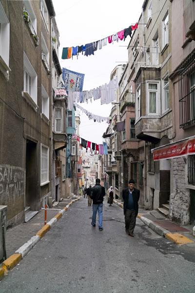 <p><strong>3. </strong>Geleneksel Dokuda Sokak Kullanımı, Tarlabaşı,  İstanbul.<br />  Fotoğraf: Engin Korkmaz</p>