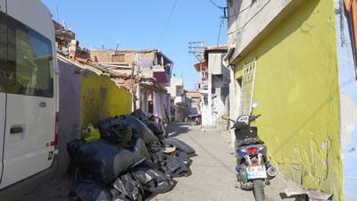 <p><strong>Resim 3.</strong> Daha  düşük sosyo-ekonomik koşullarda yaşayanların barınma şekli, Çadırlar<br />  Fotoğraf:<strong> </strong>Duygu Gökce</p>