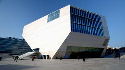 <p><strong>Resim  3. </strong>Casa  de Musica, Porto, 2005. Landform Building tasarımcıları jeolojiye içkin  olguları (sıkışma / gerilim / aşınma / yığılma) yükseltiler, kraterler,  kıvrılan-katlanan zeminlerle mekânlaştırırlar.<strong></strong><br />Kaynak: upload.wikimedia.org/wikipedia/commons [Erişim: 01.08.2015]