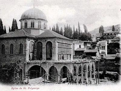 <p><strong>Resim  3.</strong> Aya Voukolos  Kilisesi ve fiziksel çevresinin 1899 tarihli görünümü (Kartpostalda St.  Polikarp olarak belirtilen yapı, Orhan Beşikçi'nin <em>Basmane Günlüğü</em> adlı eserinde (s.89) de belirttiği üzere, Aya  Voukolos Kilisesi'dir.)<br />  Kaynak: İzmir  Kartpostalları1900, 2013, s.200.</p>