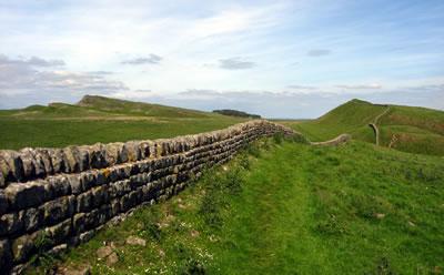 <p><strong>3.</strong> Hadrian Duvarı&rsquo;nın kalıntıları <br />Kaynak: tr.forwallpaper.com/wallpaper/hadrians-wall-in-northern-britain-100959.html [Erişim: 21.02.2015]