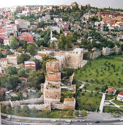 <p><strong>3. </strong>Surlar ve mevcut mimarinin henüz bozulmamış durumda olan  ilişkisi görülmektedir.<br />Kaynak: Özgencil Yıldırım, Sercan, 2008, Uygarlıklar Beşiği  İstanbul: Kent belleği / mekansal süreklilikler / Cradle of civilization  Istanbul: collective memory/spatial continuities, İBB Kültür İşleri Daire Başkanlığı,  İstanbul. </p>