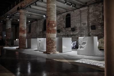 <p><strong>3.</strong> Ana  sergideki katılımcılardan Bernhard Marte ve Stefan Martenin (Marte.Marte  Architects, Weiler, Avusturya) beş farklı beton küpten oluşan enstalasyonu</p>