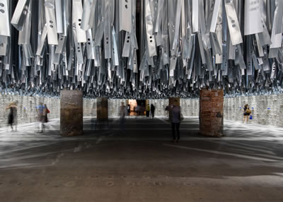 <p><strong>3. </strong>Ana serginin Arsenaledeki  girişi, Aravenanın 2015 Venedik Sanat Bienalinden arta kalan yüz ton atık  malzemeyi kullanarak ürettiği enstalasyon</p>