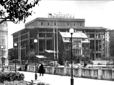 <p><strong>3. </strong>Dönem fotoğrafında Kültür Sarayı inşaatı ve önündeki  henüz istimlak edilmemiş Elektrik Şirketi lojmanı, 1950ler<br />  Kaynak: SALT Online</p>