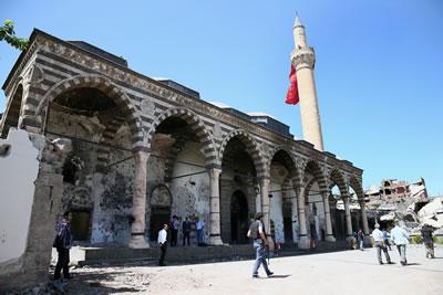 <p><strong>3.</strong> Çatışmalardan sonra tarihî Kurşunlu  Camisi</p>