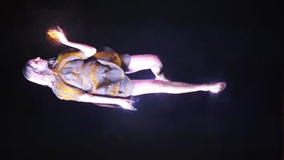 """<p><strong>3a.</strong> Ursula Mayerin """"Bilginin Ateşi Bütün  Karmayı Yakıp Kül Ediyor"""" çalışmasında post-insani bedenlerimiz yapmanın ve  bozmanın ateşini aynı anda ellerinde taşıyor. <br />   Fotoğraf: Can Boyacıoğlu</p>"""