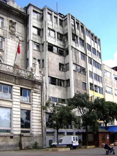 <p><strong>3a.</strong> Nezih Eldem tarafından tasarlanan Ziraat Bankası Karaköy  Şubesi ve Şadi Çalık imzalı kapı detayı</p>