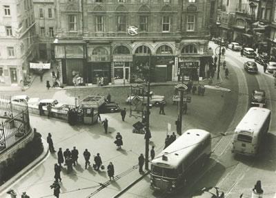 <p><strong>3a. </strong>(solda) 1950 lerin sonundan bir kare,  (sağda) Paul Schmitthennerin yapısı<br /> Fotoğraf: Ara Güler<br /> Kaynak: Teğet Mimarlık</p>