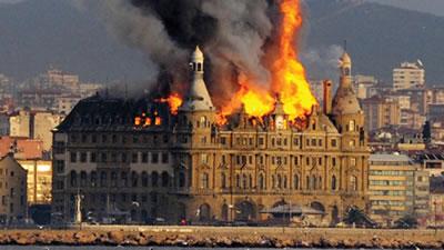 <p><strong>3a. </strong>Tarihî Haydarpaşa Garı 28 Kasım 2010 tarihinde çatısında çıkan yangın nedeniyle  hasar gördü</p>
