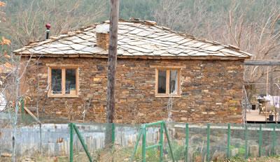 <p><strong>3a.</strong> Kayrak taşı ve toprak sıva ile  yenilenmiş eski köy evlerinden bazıları <br />  Kaynak: Güleryüz,  2012</p>