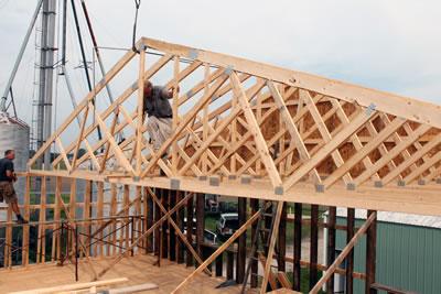 <p><strong>Şekil  3a.</strong> Ahşap kafes sistem çatılarda düzlemsel birleşim şekilleri ve birleşimlerde  kullanılan kendinden çivili metal plakalar.<br />  Kaynak: URL1.