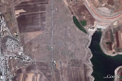 <p><strong>3a.</strong> Suriye'deki Epemiye (Apamea) tarihî  kentindeki yağmayı gösteren 2011 ve 2012 yılı Google Earth haritaları<strong></strong><br />  Kaynak: traffickingculture.org/data/looting-at-apamea-recorded-via-google-earth/</a></p>