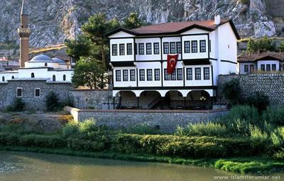 <p><strong>3a. </strong>Amasya  İline ait Yöresel Mimari Projeler<br />  Kaynak: URL7.</p>